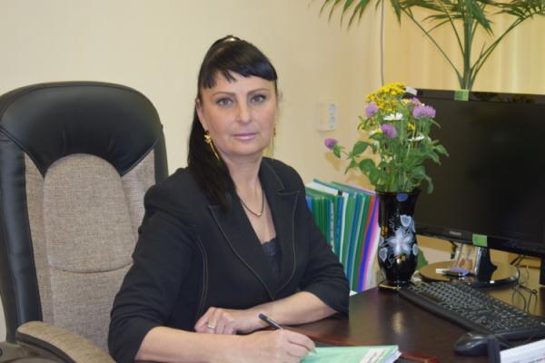 Фотография Врио директора Малышевой Александры Иосифовой, сидит за рабочим столом