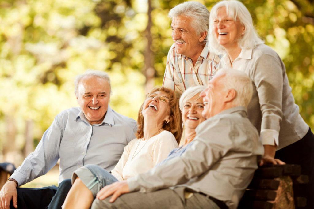 Граждане пожилого возраста, мужчины, женщины, сидят, стоят, улыбаются.