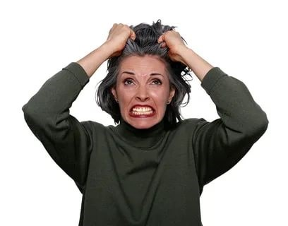 Изображена женщина, раздражена, тянет на голове волосы.