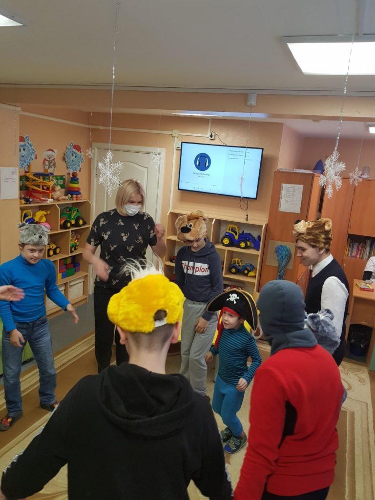 Фотография: дети со специалистом стоят в кругу.
